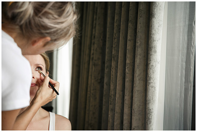 Hochzeitsreportagefoto beim Styling der Braut in Hilton Hotel in Berlin-Mitte
