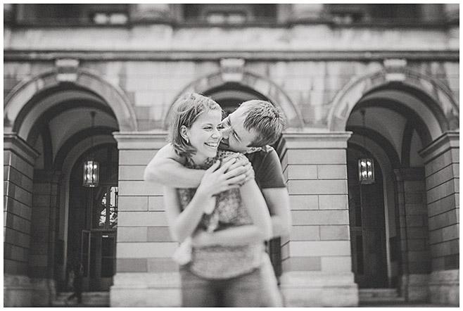 Paar bei Verlobungsfotoshooting in Schlosspark München aufgenommen von Berliner Fotografin © Berliner Fotostudio LUMENTIS