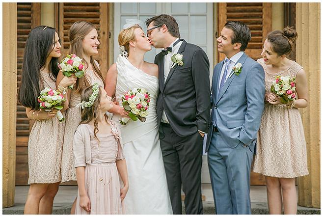 Gruppenfoto bei Hochzeit mit Brautpaar, Brautjungfern, Best Man und Blumenmädchen © Hochzeitsfotograf Berlin hochzeitslicht