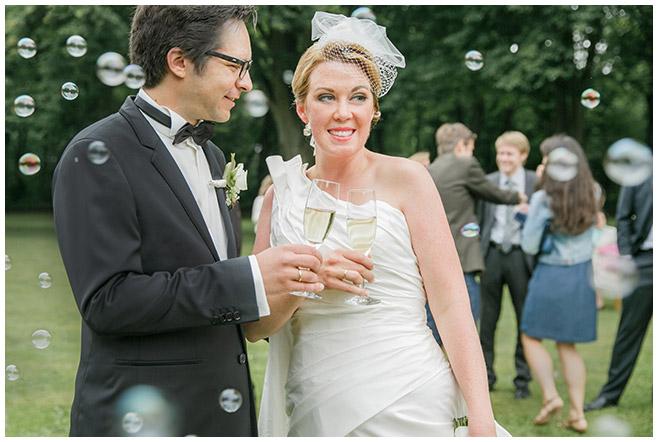 Hochzeitsfoto vom Sektempfang im Park von Herzfelde © Hochzeitsfotograf Berlin hochzeitslicht