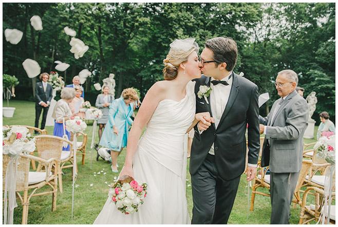 Auszug von Braut und Bräutigam nach freier Trauung im Schlosspark Herzfelde, Uckermark © Hochzeitsfotograf Berlin hochzeitslicht