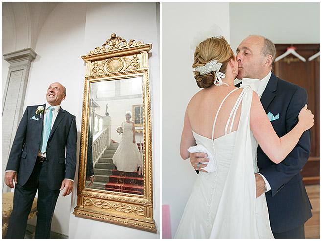 Brautvater nimmt Braut vor freier Trauung auf Schloss Herzfelde in Empfang © Hochzeitsfotograf Berlin hochzeitslicht