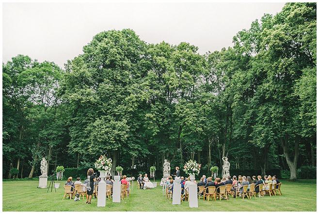 Freie Hochzeitszeremonie in der Parkanlage von Schloss Herzfelde © Hochzeitsfotograf Berlin hochzeitslicht
