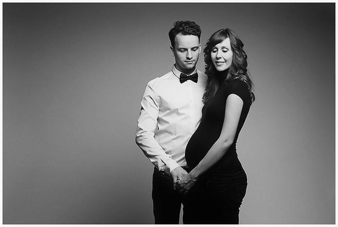 Moderne Schwangerschaftsfotos in schwarz-weiß aufgenommen bei Schwangerenshooting mit Profi-Fotograf in Berlin © Fotostudio Berlin LUMENTIS