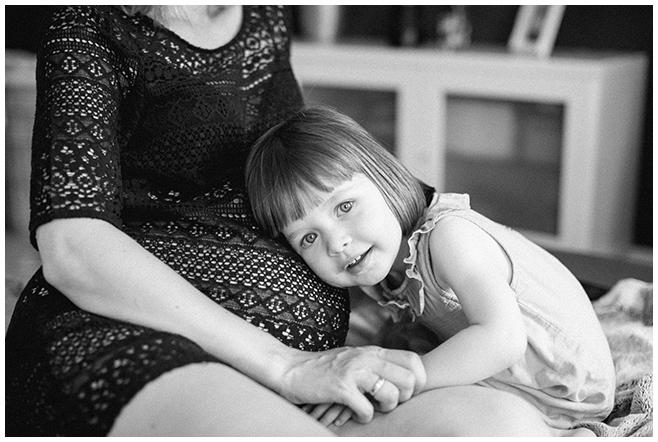 Babybauchfoto zusammen mit kleiner Tochter bei Babybauchshooting in Berlin © Fotostudio Berlin LUMENTIS