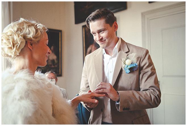 Braut und Bräutigam beim Ja-Wort während standesamtlicher Hochzeit auf Schloss Caputh © Hochzeitsfotograf Berlin hochzeitslicht