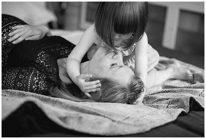 Foto von Mutter und Tochter bei Kinderfotoshooting mit Berliner Kinderfotograf © Fotostudio Berlin LUMENTIS