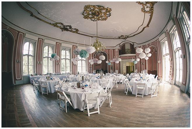 Festsaal bei DIY-Hochzeit auf Schloss Marquardt dekoriert mit selbstgebastelten Papier-Pompoms © Hochzeitsfotograf Berlin hochzeitslicht