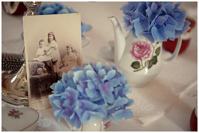 vintage Tischdekoration mit alten Fotos und Hortensien in traditionellem Porzellan © Hochzeitsfotograf Berlin hochzeitslicht