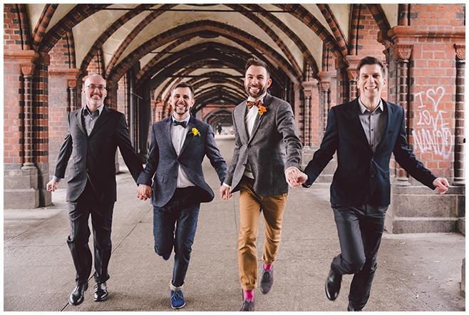 Gruppenfoto mit gleichgeschlechtlichem Ehepaar in Berlin Friedrichshain und Kreuzberg © Hochzeitsfotograf Berlin www.hochzeitslicht.de