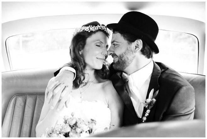 Braut und Bräutigam in Hochzeitsauto © Hochzeitsfotograf Berlin www.hochzeitslicht.de
