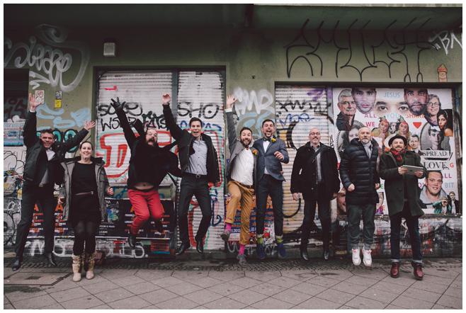 Gruppenfoto bei gleichgeschlechtlicher Hochzeit in Berlin-Friedrichshain aufgenommen von professionellem Hochzeitsfotograf Berlin © Hochzeitsfotograf Berlin www.hochzeitslicht.de