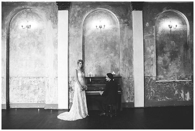 Hochzeitsfotografie von Brautpaar bei Hochzeit in Ballsaal-Studio Berlin © Hochzeitsfotograf Berlin www.hochzeitslicht.de