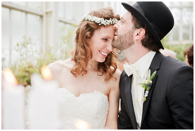 Hochzeitsfoto von Braut und Bräutigam aufgenommen von professioneller Hochzeitsfotografin während standesamtlicher Trauung, Botanischer Garten Berlin © Hochzeitsfotograf Berlin www.hochzeitslicht.de