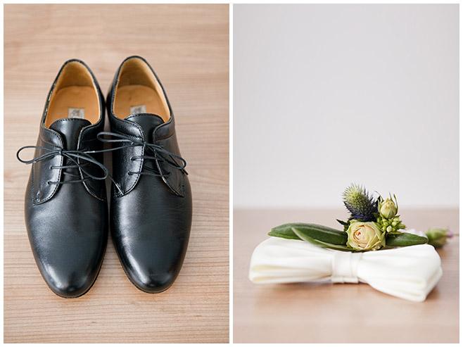 Hochzeitsfotos von Vorbereitungen des Bräutigams mit Schuhen, Anstecksträußchen und Fliege © Hochzeitsfotograf Berlin www.hochzeitslicht.de
