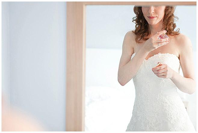 Hochzeitsreportagefoto von Braut bei Hochzeitsvorbereitungen © Hochzeitsfotograf Berlin www.hochzeitslicht.de