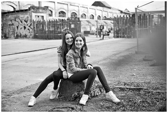 schwarz-weiß Foto von zwei besten Freundinnen bei Outdoor-Fotoshooting Berlin © Fotostudio Berlin LUMENTIS