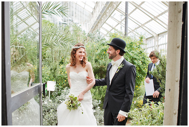 Brautpaar nach Trauung im Botanischen Garten Berlin © Hochzeitsfotograf Berlin www.hochzeitslicht.de