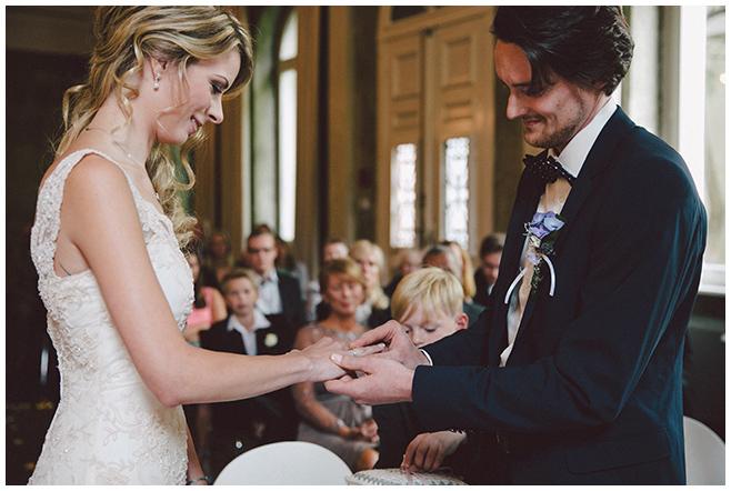 Hochzeitsfoto von romantischer Hochzeit im Ballsaal-Studio Berlin © Hochzeitsfotograf Berlin www.hochzeitslicht.de