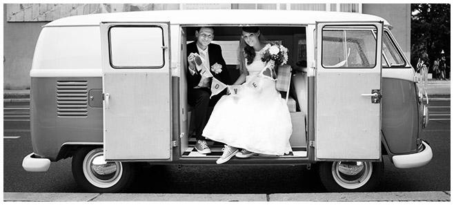 Braut und Bräutigam bei Brautpaarfotoshooting mit Hochzeitsauto VW-Bus © Hochzeitsfotograf Berlin www.hochzeitslicht.de