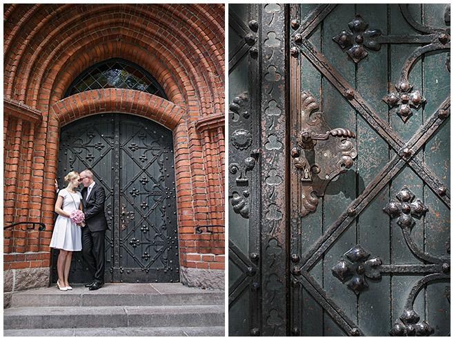 Brautpaarfoto vor Standesamt Rathaus Schmargendorf aufgenommen von professioneller Berliner Hochzeitsfotografin © Hochzeitsfotograf Berlin www.hochzeitslicht.de