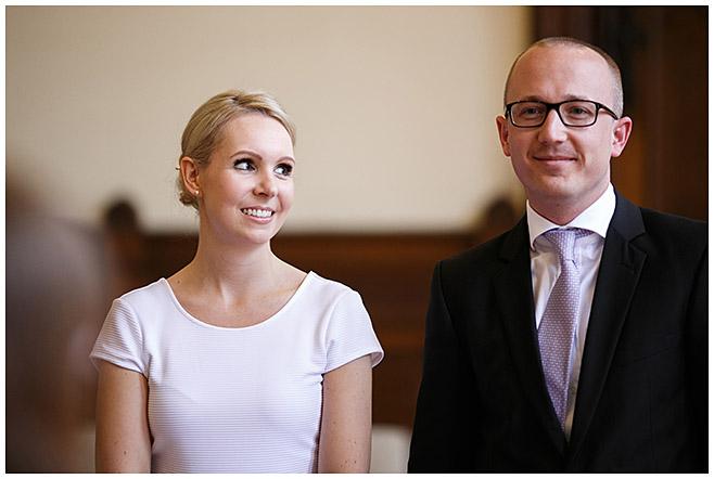 Hochzeitsfoto von Brautpaar bei standesamtlicher Trauung im Rathaus Schmargendorf © Hochzeitsfotograf Berlin www.hochzeitslicht.de