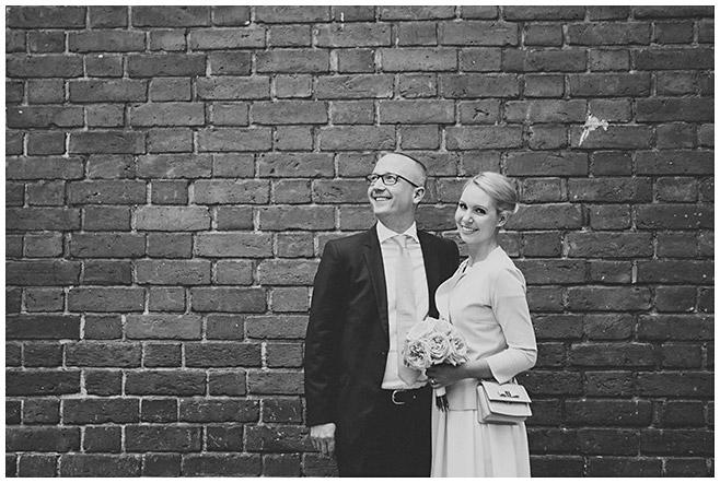 Brautpaarfoto bei standesamtlicher Trauung im Rathaus Schmargendorf, Berlin © Hochzeitsfotograf Berlin www.hochzeitslicht.de