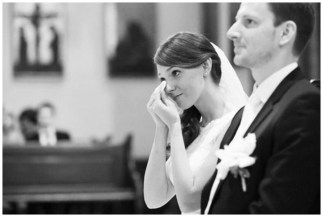 Hochzeitsreportagefoto von Braut und Bräutigam bei kirchlicher Trauung in St. Sebastian Kirche Berlin aufgenommen von professioneller Hochzeitsfotografin Berlin © Hochzeitsfotograf Berlin www.hochzeitslicht.de