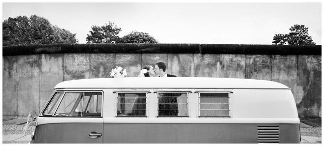 Brautpaar mit vintage VW-Bus bei kreativ-romantischer Hochzeit in Berlin © Hochzeitsfotograf Berlin www.hochzeitslicht.de