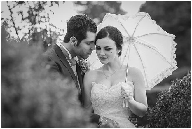 Hochzeitsfoto von Braut und Bräutigam bei Brautpaar-Fotoshooting im Rosengarten Volkspark Humboldthain © Hochzeitsfotograf Berlin www.hochzeitslicht.de