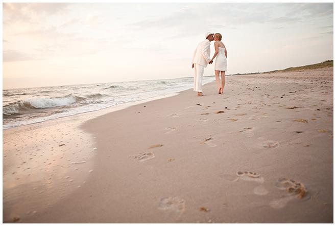 Brautpaarfoto bei Sonnenuntergang an Ostsee-Strand aufgenommen von professionellem Hochzeitsfotografen © Hochzeitsfotograf Berlin www.hochzeitslicht.de