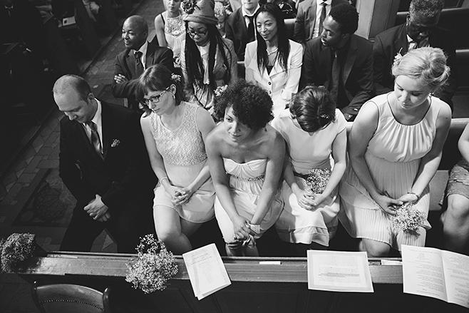 Hochzeitsfoto von Hochzeitsgesellschaft bei Trauung in der evangelischen Kirche St. Peter und Paul auf Nikolskoe Berlin aufgenommen von Berliner Hochzeitsfotograf © Hochzeitsfotograf Berlin www.hochzeitslicht.de