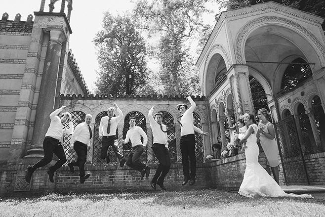 Gruppenfoto bei Hochzeit von Hochzeitsgesellschaft, Schloss Glienicke Remise Berlin © Hochzeitsfotograf Berlin www.hochzeitslicht.de