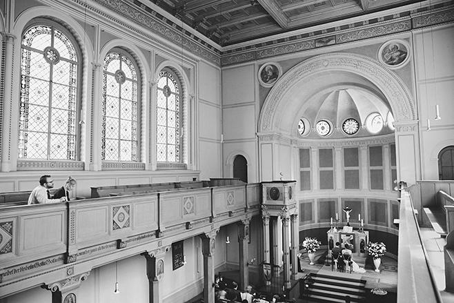 Hochzeitsreportage-Foto von Trauung in der evangelischen Kirche St. Peter und Paul auf Nikolskoe Berlin © Hochzeitsfotograf Berlin www.hochzeitslicht.de