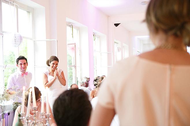 """Hochzeitsfoto bei Hochzeitsfeier in """"Das Loft"""" in der alten Pulverfabrik aufgenommen von professioneller Hochzeitsfotografin Berlin © Hochzeitsfotograf Berlin www.hochzeitslicht.de"""