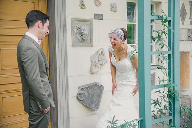 Braut und Bräutigam beim First Look vor Hochzeit in Berlin, aufgenommen von professionellem Hochzeitsfotografen vor Restaurant Schloss Glienicke Remise © Hochzeitsfotograf Berlin www.hochzeitslicht.de