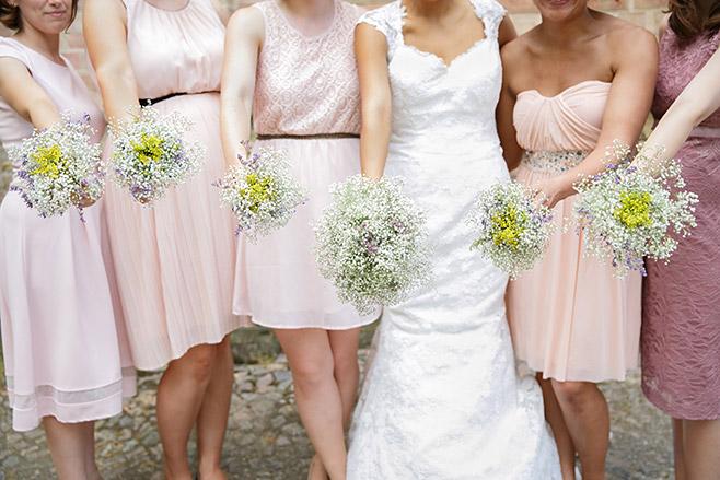 Gruppenfoto von Braut mit Brautjungfern und ihren Sträußen aufgenommen von professioneller Hochzeitsfotografin Berlin © Hochzeitsfotograf Berlin www.hochzeitslicht.de