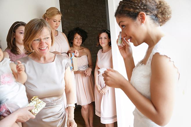 Hochzeitsreportage-Foto von Braut mit Brautjungfern und Familie bei den Hochzeitsvorbereitungen festgehalten von professioneller Hochzeitsfotografin Berlin © Hochzeitsfotograf Berlin www.hochzeitslicht.de
