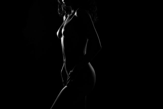 Stilvolle Aktfotografie aufgenommen bei erotischem Aktfotoshooting von professioneller Aktfotografin in Berliner Fotostudio © Fotostudio Berlin LUMENTIS