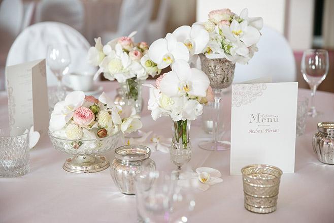 Tischdekoration mit weißen Orchideen und Vintage-Vasen von Floristin Ulrike Buchheim bei eleganter Hochzeit in Capitol Yard Golf Lounge im Spreespeicher, Berlin © Hochzeitsfotograf Berlin www.hochzeitslicht.de
