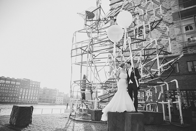 Brautpaarfotos zur Hochzeit im Spreespeicher Berlin mit Riesenluftballons von Princess Dreams © Hochzeitsfotograf Berlin www.hochzeitslicht.de