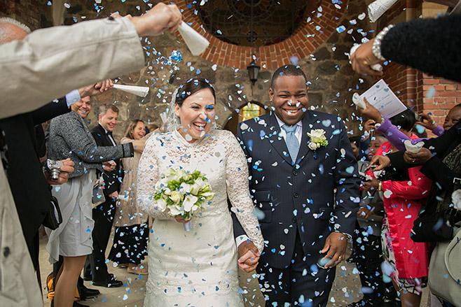 Hochzeitsreportage-Foto beim Brautstyling aufgenommen von professioneller Berliner Hochzeitsfotografin © Hochzeitsfotograf Berlin www.hochzeitslicht.de