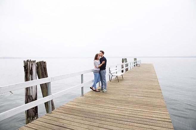 Pärchen bei Outdoor-Paar-Fotoshooting mit professioneller Paarfotografin in Berlin © Fotostudio Berlin LUMENTIS