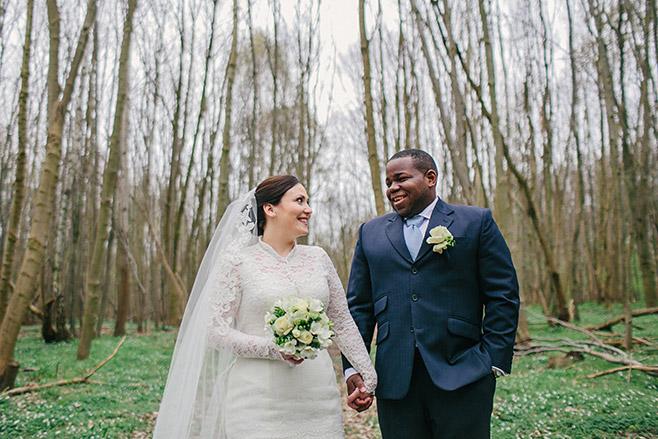 Brautpaarfotoshooting mit professionellem Hochzeitsfotograf in Wald bei Schloss Liebenberg © Hochzeitsfotograf Berlin www.hochzeitslicht.de