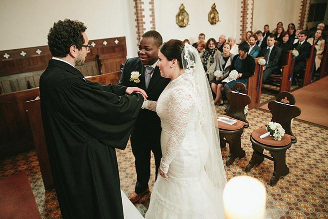 Hochzeitsreportagefoto während Ja-Wort bei kirchlicher Trauung auf Schloss und Gut Liebenberg © Hochzeitsfotograf Berlin www.hochzeitslicht.de