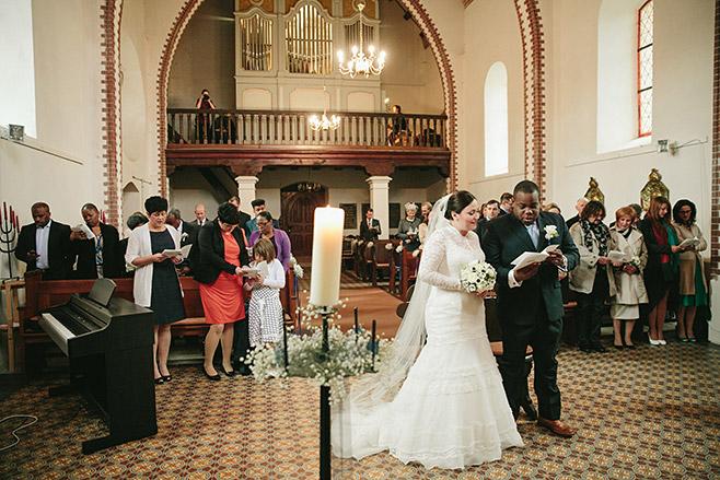 Kirche von Schloss Liebenberg während Trauungszeremonie © Hochzeitsfotograf Berlin www.hochzeitslicht.de