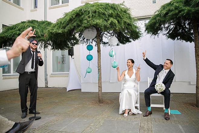 Auftritt von Gast bei Hochzeit in Kunztschule Berlin-Mitte © Hochzeitsfotograf Berlin www.hochzeitslicht.de