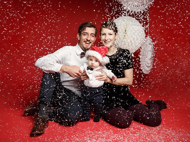 Familie mit Kleinkind bei Fotoshooting als Geschenk zu Weihnachten aufgenommen von professionellem Familienfotografen © Fotostudio Berlin LUMENTIS
