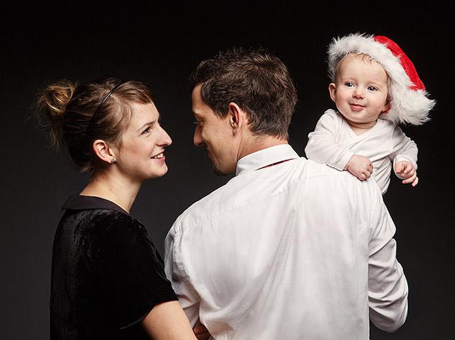 Familienfotografie zu Weihnachten von kleiner Familie aufgenommen von professionellem Familienfotografen in Berliner Fotostudio © Fotostudio Berlin LUMENTIS