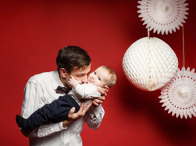 Familienfotos von Vater mit Sohn bei Familien Fotoshooting zu Weihnachten in Berliner Fotostudio © Fotostudio Berlin LUMENTIS
